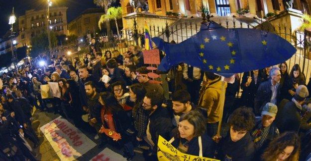 Sardinas invadir Palermo: coros y pancartas en contra de la intolerancia
