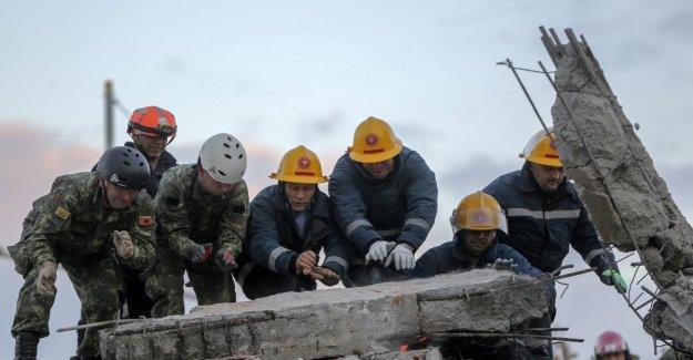 Terremoto de Albania, los rescatistas de trabajo a través de la noche y la tierra tiembla en Creta
