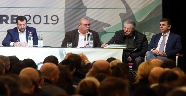 Bossi sin frenos en el congreso de la Liga: No es nuestro funeral, si Salvini quiere el símbolo para la recogida de firmas