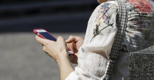 Censis, el italiano pegados a sus teléfonos inteligentes: el primer y el último gesto del día