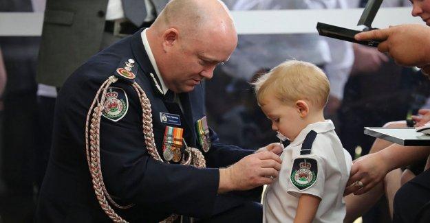 Australia, medalla de el niño con el chupete: el padre, un bombero murió en el fuego