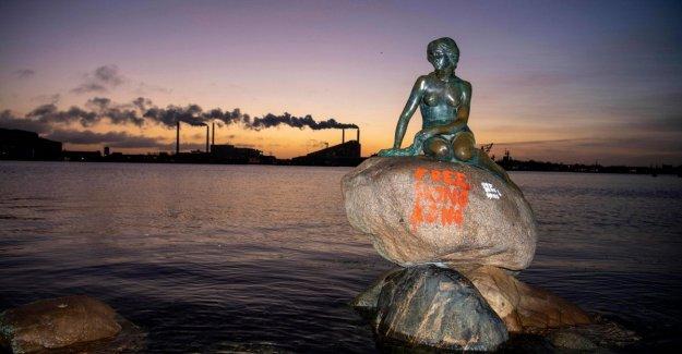 Copenhague, graffiti pro-Hong Kong en la estatua de la Sirenita