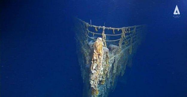 De color amarillo en la parte inferior del atlántico norte, los restos del naufragio del Titanic chocó de un submarino