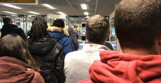 Horas en una fila en el aeropuerto de Amsterdam para la brexiter convencido: Estoy indignado