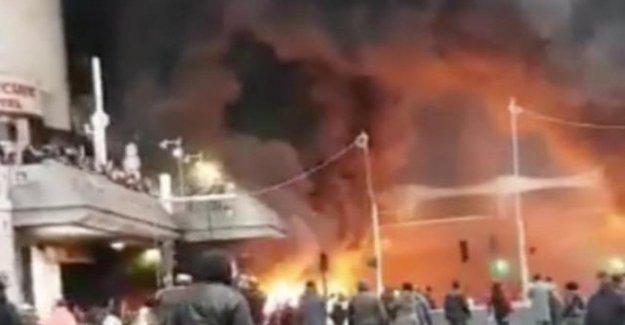 Incendios y enfrentamientos en París para protestar contra el rapero de congoleños