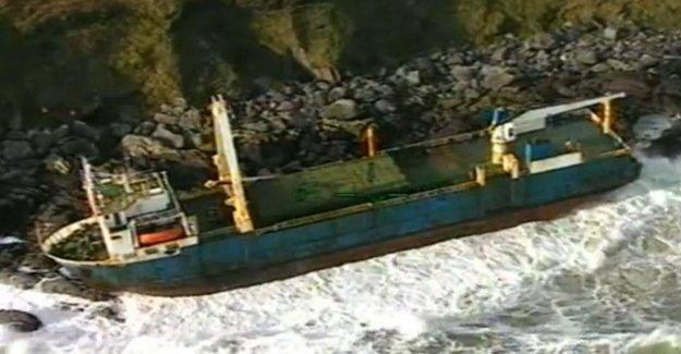 Irlanda, después de un año de ir a la deriva barco fantasma encallado cerca de Cork. La culpa de la tormenta Dennis