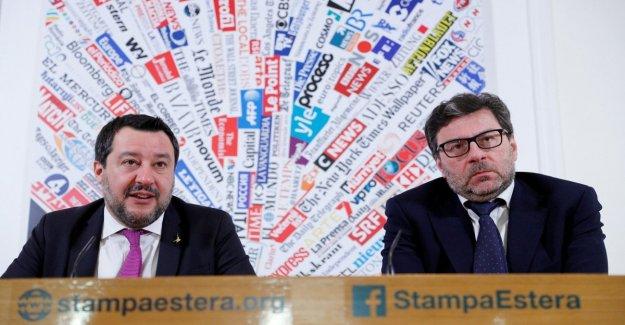 La ue, Salvini: o cambia O no tiene sentido y es mejor hacer como los británicos. El líder de la liga corrige Giorgetti