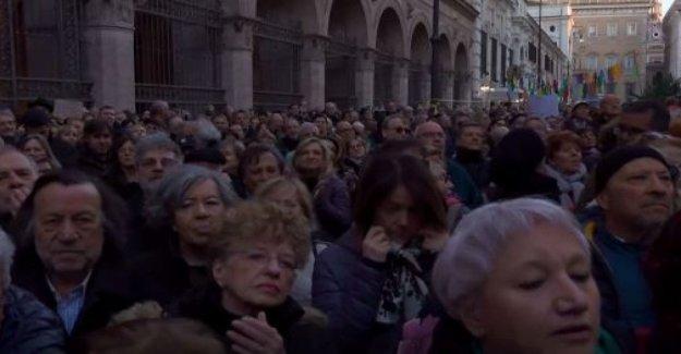 Roma, las Sardinas están de vuelta en la plaza. Jazmín de Cristal: los Decretos que aún no se abolió, no ha cambiado