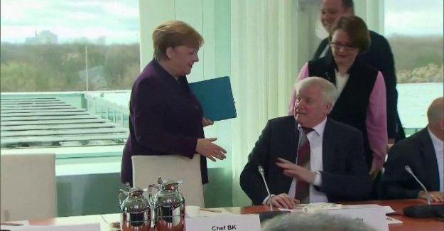 Coronavirus, Seehofer negar la mano de Merkel: es Mejor evitar. En Alemania no hay datos total en las almohadillas