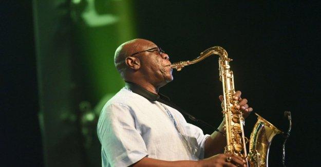 El saxofonista Manu Dibango murió de coronavirus: adiós a una leyenda de la música afro-jazz