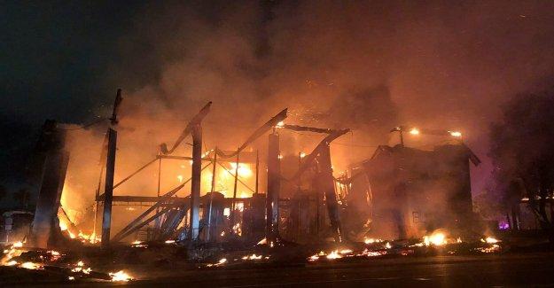 2 bancos de quemar a la tierra en San Diego afueras, como las protestas de recurrir a la violencia, el saqueo