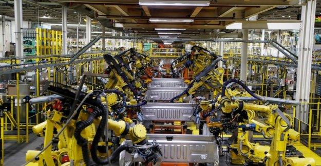 De los trabajadores, las partes de la escasez lento fábrica de automóviles se reinicia