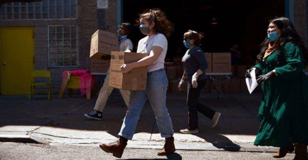 En el Sur de Brooklyn, los voluntarios paso para ayudar a los residentes de bajos ingresos que luchan durante la pandemia de