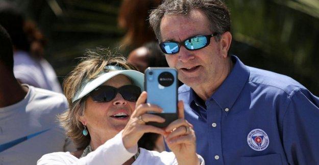 Los críticos reprender a gobernador de Virginia para la máscara de-menos de la playa de visita