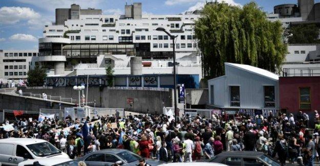 Los trabajadores de la salud multado en el hospital de protesta