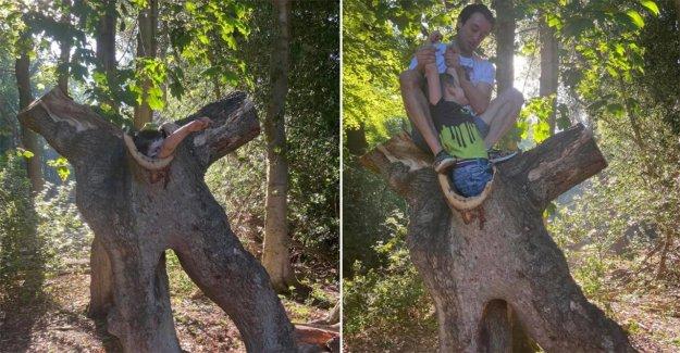 Mamá 'ofendidos' cuando su hijo se queda atascado en el interior del hueco del árbol durante el primer parque de viaje después de bloqueo de seguridad
