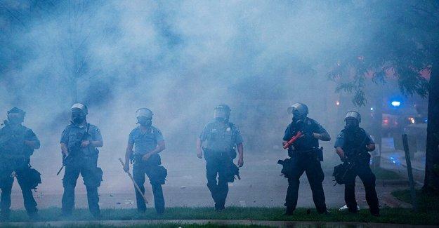 Manifestantes chocan con la policía de Minneapolis después de que George Floyd muerte