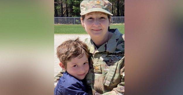 Reservista del ejército, hijo reunieron después a lo largo del mes de implementación a nueva york líneas del frente