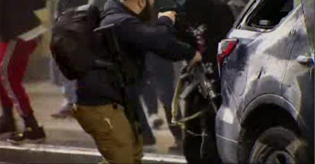 Seattle guardia de seguridad le ayuda a desarmar a George Floyd manifestantes con AR-15s robado de puré de policía de crucero