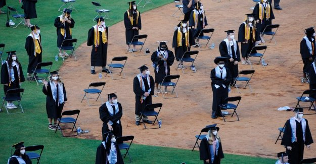 Sin hogar Jacksonville estudiante se gradúe de la escuela secundaria de despedida, asistir a la universidad