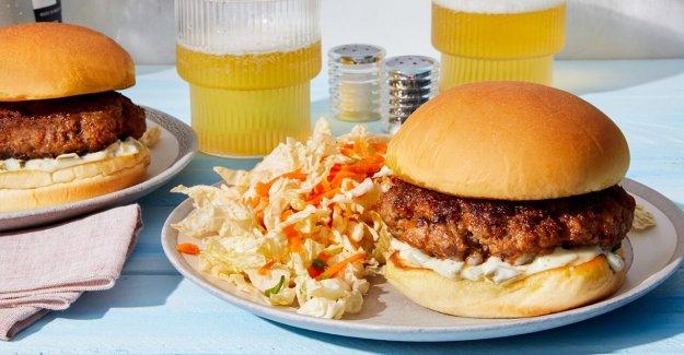 Asado de verano: Smoky hamburguesas de carne de vacuno con mayo picante y limón ensalada de repollo por Delantal Azul