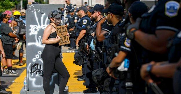 Blanco DC manifestante visto gritar en los rostros de negro policías en video viral: Ellos son parte del problema