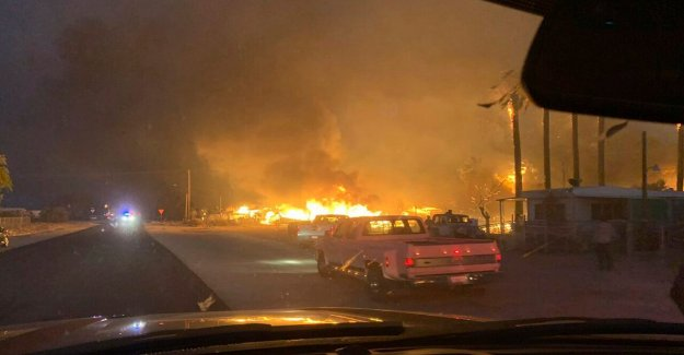 California wildfire destruye decenas de casas en la ciudad del desierto, deja 1 muerto
