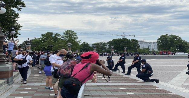 Capitolio de los oficiales de la Policía de tomar una rodilla aplausos de los manifestantes
