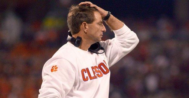 Clemson entrenador asistente de disculpa para el año 2017 el uso de la ligadura