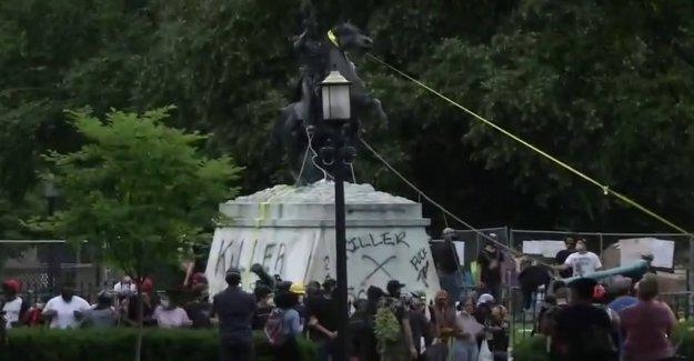 DC la policía dispersar a la multitud con el producto químico irritante después de consejo, pasa que todavía no se ha promulgado la prohibición de