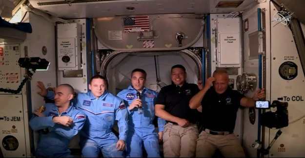 Dragón de muelles en la Estación Espacial Internacional, 19 horas después de que la NASA-lanzamiento de SpaceX