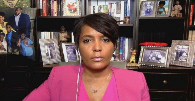 El Alcalde de Atlanta, Keisha Lance Fondos, dice que es difícil tomar' el Triunfo de la tramitación de la reforma de la policía 'en serio'