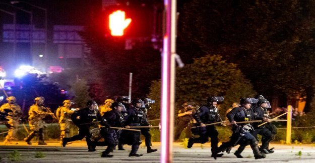 El hombre presuntamente asesinados por la policía en el estado de Kentucky, los policías dicen sospechoso disparó por primera vez en una multitud de romper el toque de queda