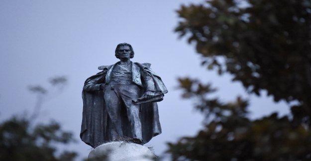 Equipos de trabajo en Carolina del Sur inicia el proceso de quitar John C. Calhoun estatua