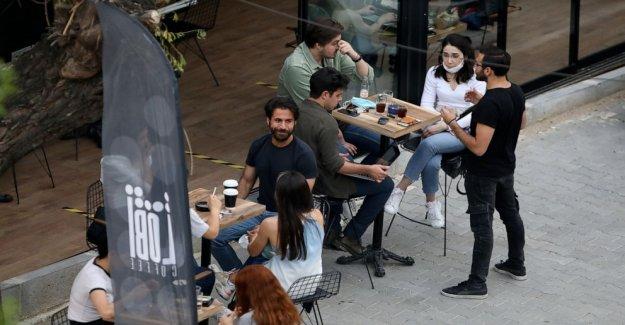 Estambul residentes ignorar el virus de reglas en el primer fin de semana fuera
