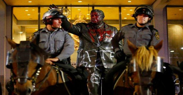 Estatua del ex comisionado de policía Frank Rizzo, oficialmente retirado en Filadelfia después de los días de la destrucción por parte de los manifestantes