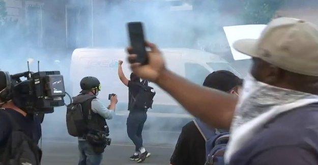 George Floyd disturbios: policía de Filadelfia fuego de gas lacrimógeno en la multitud tratando de bloquear la carretera interestatal