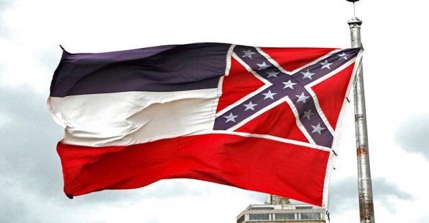 Gobernador de Mississippi firma ley que retirarse del último estado de la bandera con la Confederación de batalla emblema