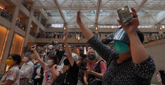 Hong Kong cuadras de la plaza de Tiananmen vigilia; rush en reino unido para los pasaportes