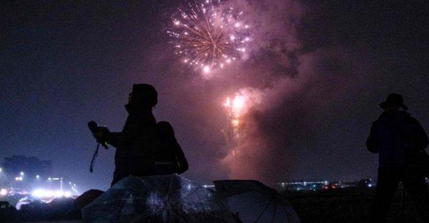 Japón se aclara el estado de ánimo con la sorpresa de fuegos artificiales