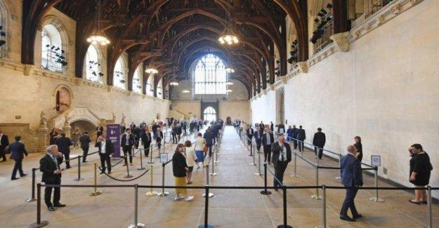 La discriminación de la fila de más de MPs haciendo cola para votar