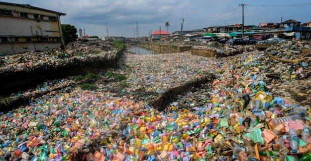 La fuerte lluvia conduce a la basura barrio lleno de Nigeria, Lagos, funcionarios del voto de la represión