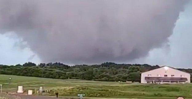 La pared de la nube visto en Wisconsin como advertencia de tornado emitido, flash-inundaciones spurs rescata