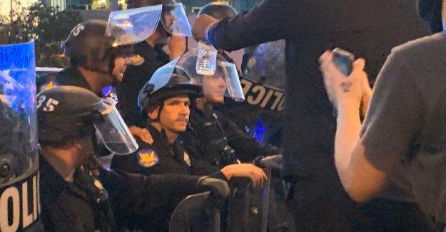 La policía de Phoenix de rodillas con los manifestantes pacíficos cantar 'tomar una rodilla' como la multitud se disuelve por el toque de queda