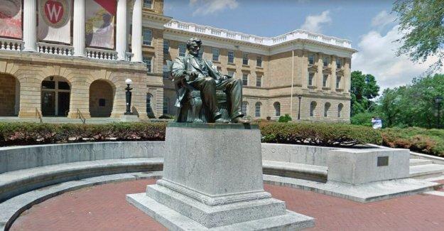 La universidad de Wisconsin dicen los estudiantes de la estatua de Abraham Lincoln en el Madison campus, tiene que bajar