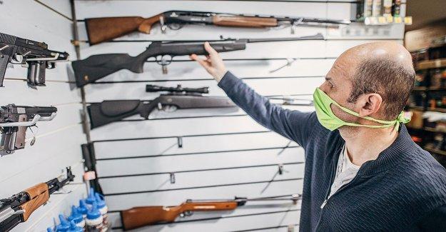 Las ventas de armas se disparan en Illinois durante las protestas, coronavirus pandemia