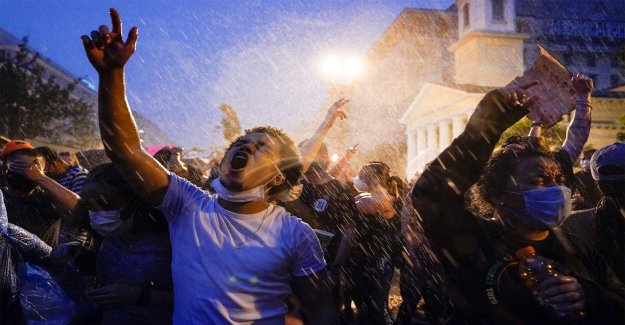 Los políticos en los departamentos de policía como Floyd intensificar las protestas