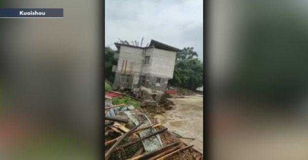Mortales de las inundaciones en China fuerzas de 228.000 en los refugios; casa visto desplomarse en el río