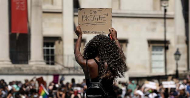 Mundo alarmado por la violencia en NOSOTROS; miles de marzo en Londres