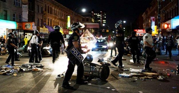 NYC coches de la policía arado a través de la multitud, el alcalde pide una investigación